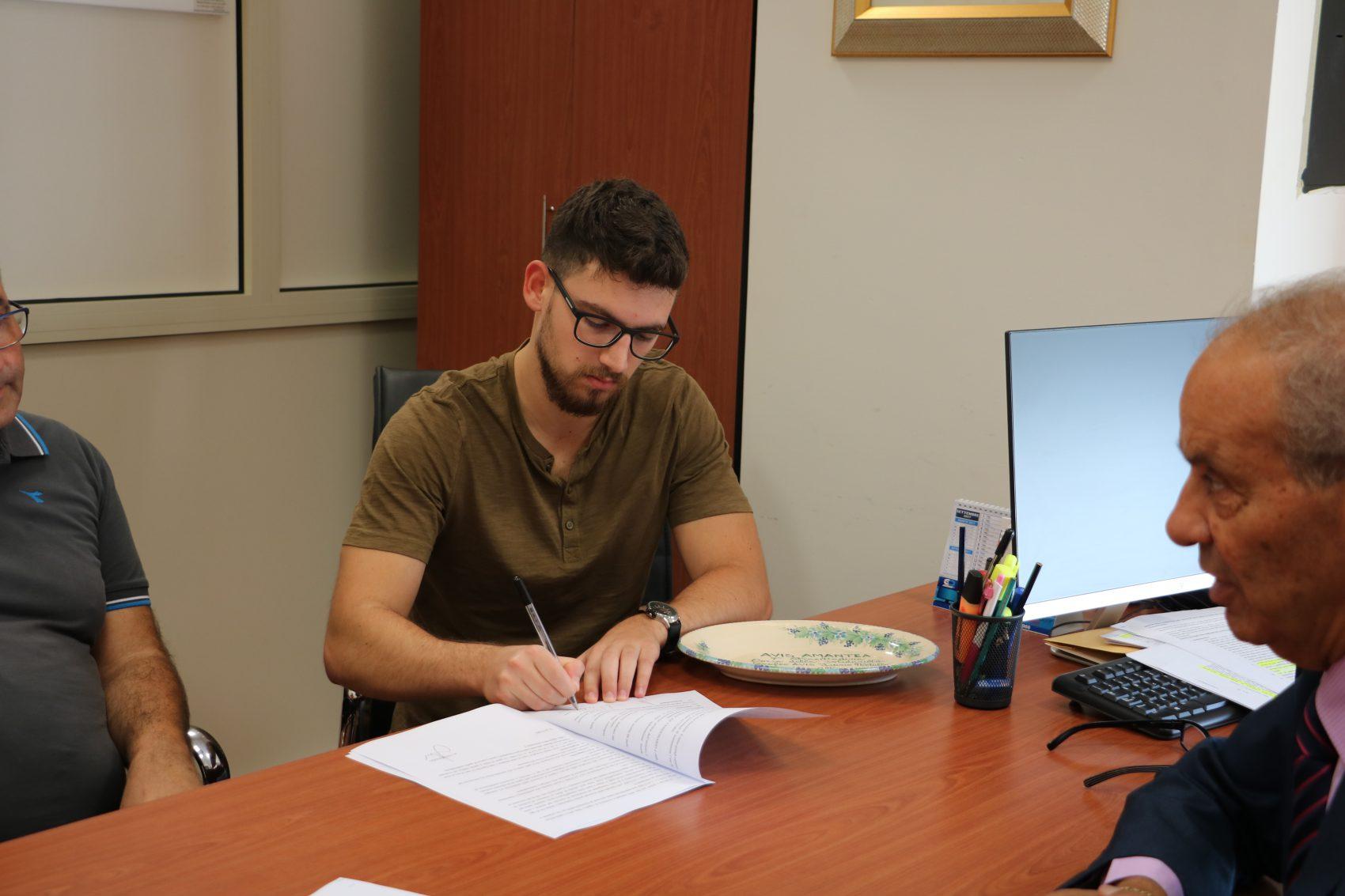 Firma del contratto del nuovo software di contabilità Avis ...
